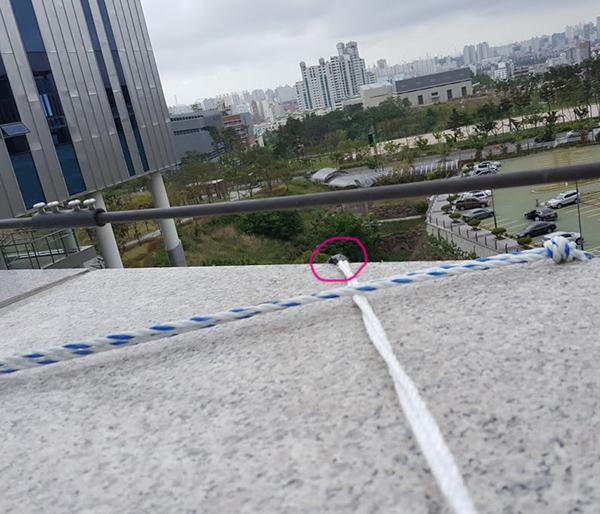 5울산현수막 설치팁-검정테이프감기.jpg